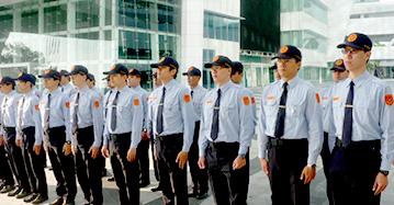 優質服務介紹三,展覽及大型活動保全服務,圖中有幾十名保全人員挺胸立正站一排
