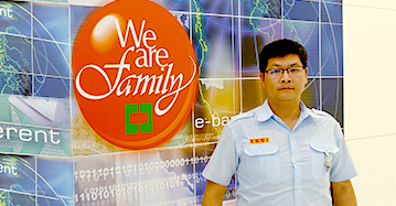 優質服務介紹四,銀行保全服務,一名保全站在中國信託銀行門口