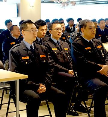 教育訓練介紹圖,圖片中保全人員坐在倚子上聽講